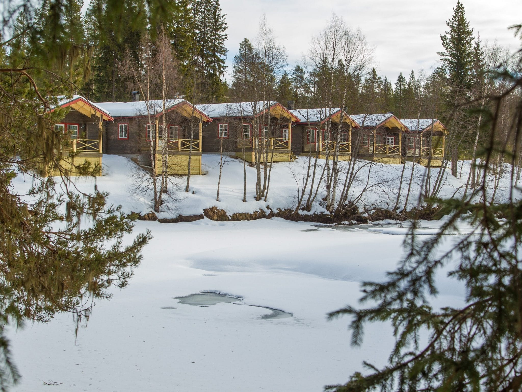 Vintervy över Vålkojans små stugor i Vemdalen