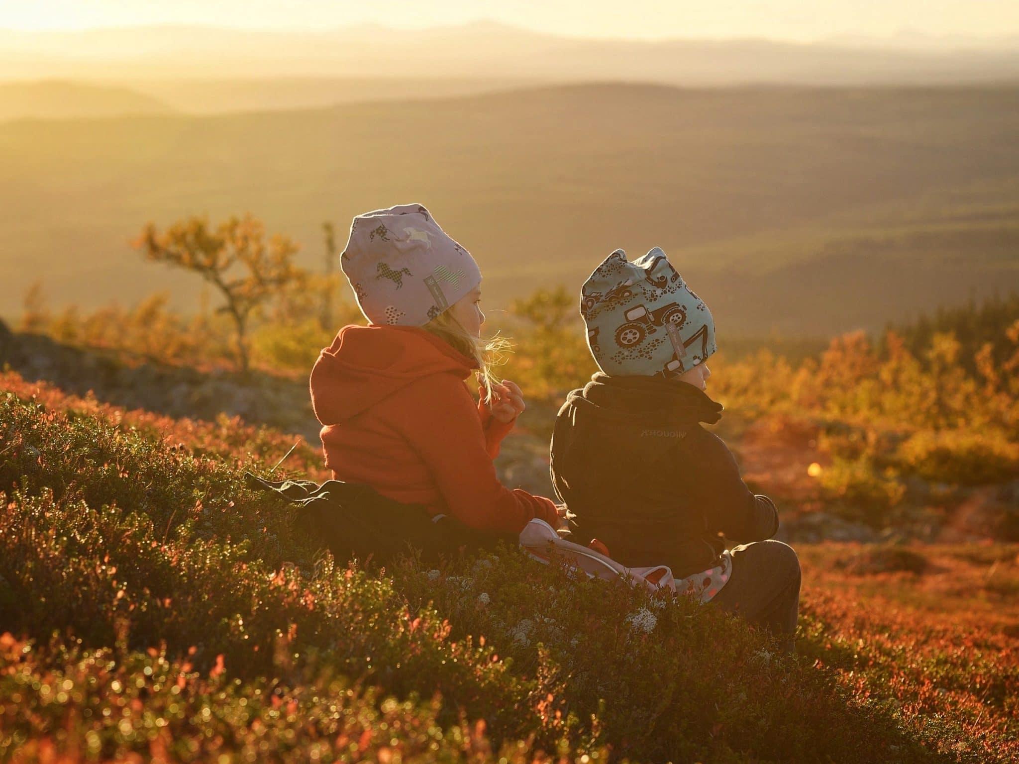Två barn spanar ut över fjället i Vemdalen