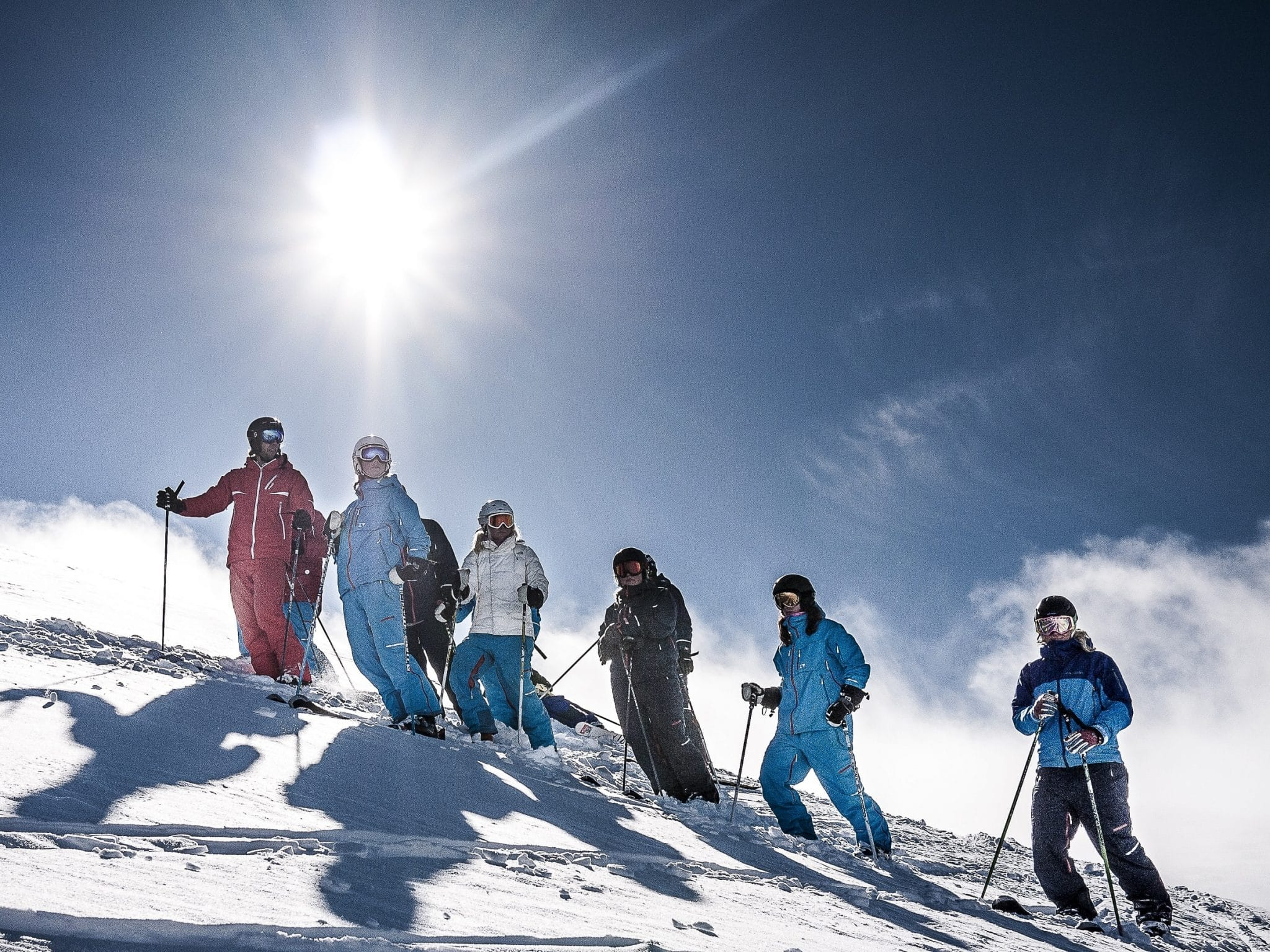 Grupp på skidor en solig dag